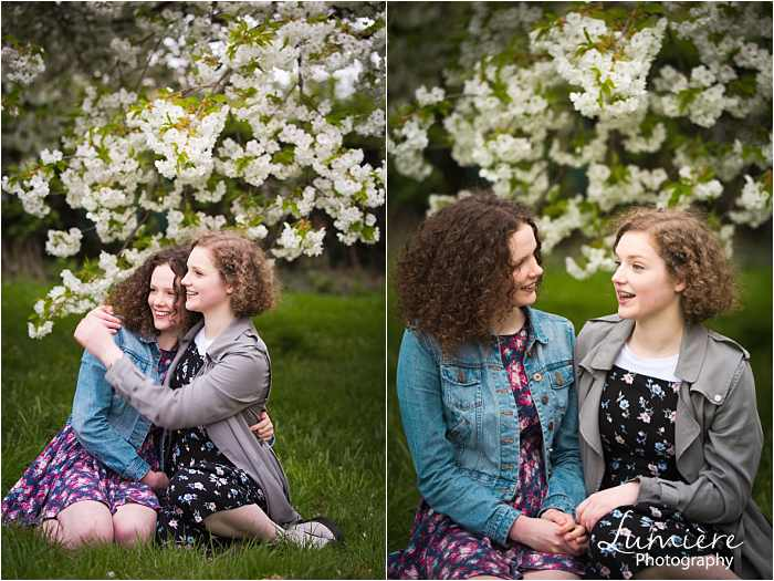 sisters photoshoot in Loughborough cuddles