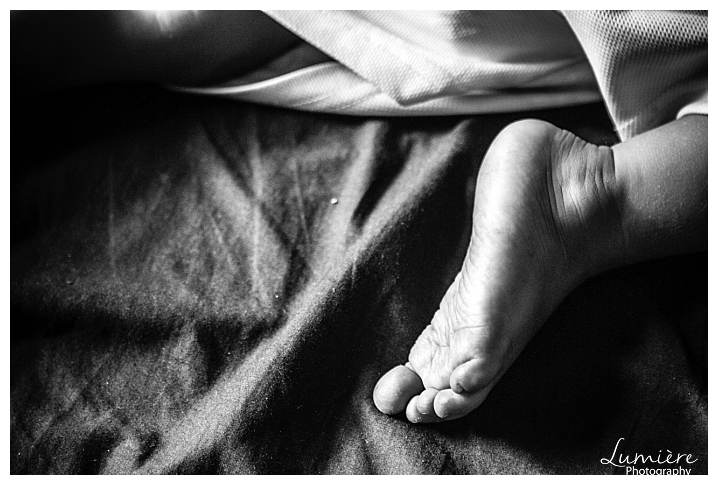 reportage family photography : toddler's foot - capturing everyday details - Lumiere photography